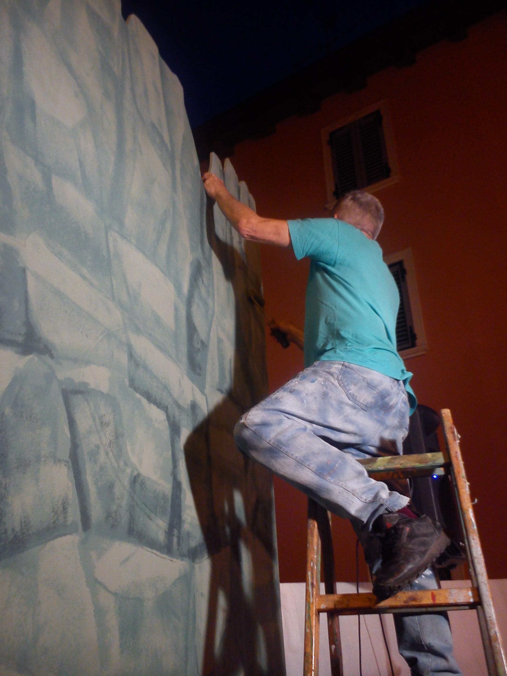 l'artista Gino Pellegrini al lavoro